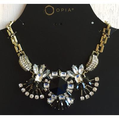 Collar Elegante de Metal Dorado con Piedras Negras y adornos de Strass.Cadena regulable en Color Dorado.